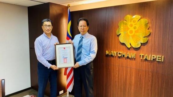拿督劉康捷理事長頒予馬航企業會員証書